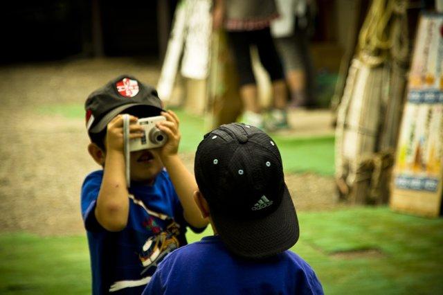 写真を撮り合う子供の兄弟|無料の写真素材はフリー素材のぱくたそ (175733)