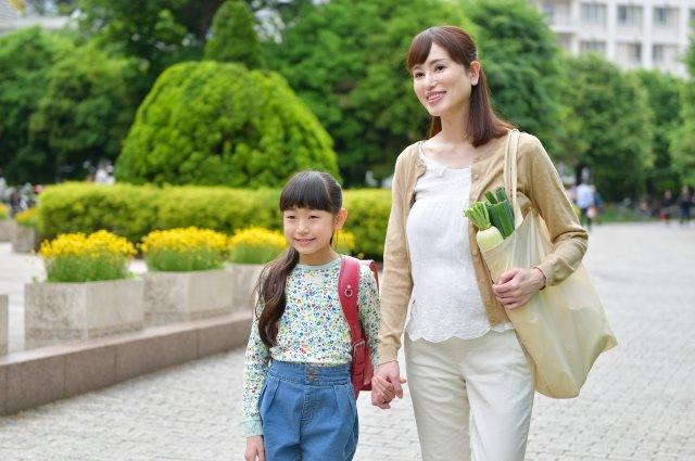 お母さんと手を繋いで歩くランドセルの女の子12 - No: 1175962|写真素材なら「写真AC」無料(フリー)ダウンロードOK (176234)