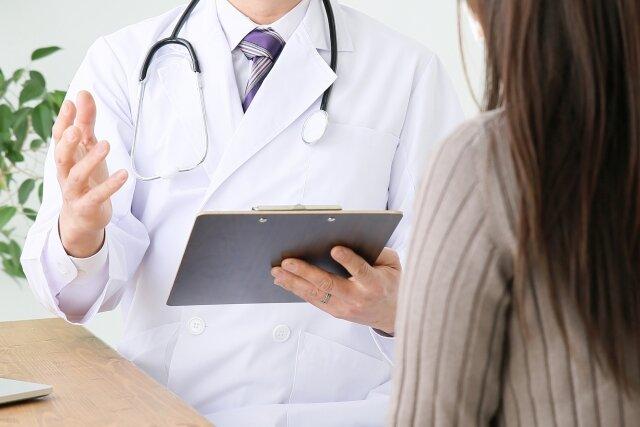 カルテを見ながら問診する医師 - No: 928533|写真素材なら「写真AC」無料(フリー)ダウンロードOK (176664)