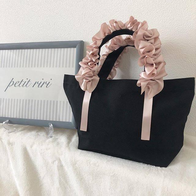 """petitriri *Risa on Instagram: """"オーダー頂いたグレージュピンクのハンドルタイプ😆💓 可愛らしさもあり大人っぽさもあり…💕💕すごく好き💓 自分用にも作ろう😂💓 * そしてかごバッグの準備を始めました✨🎀 3月から販売できるかな? かなり数量限定となるかと思います💦…"""" (111414)"""