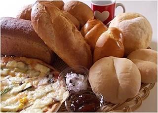 食パンやロールパンのほか、メロンパンやジャムまで入った...