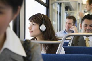 【ニュースvs音楽】ビジネスパーソン通勤時のお供は…?