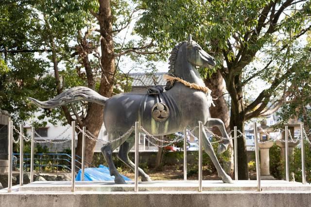 境内に建てられた「神馬」(しんば)の像。