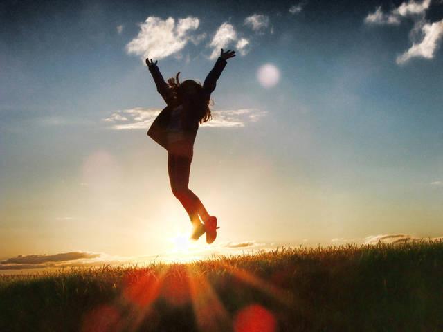 [フリー写真] 「やったー!」とジャンプする女性と夕日でアハ体験 -  GAHAG | 著作権フリー写真・イラスト素材集 (4983)