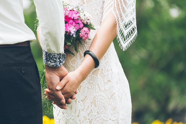 groom and bride holding hands photo – Free Holding hands Image on Unsplash (6831)