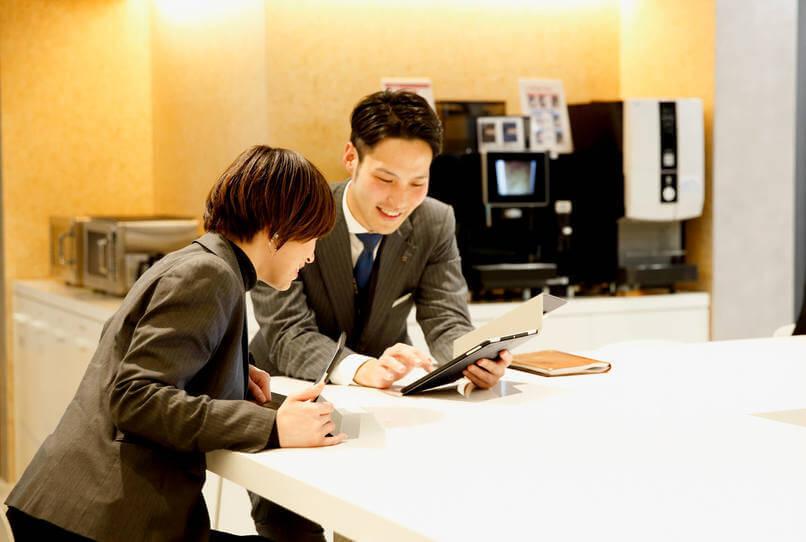 2人がよく利用するカフェスペース。メールチェックや情報交換などさまざまな目的で利用されている