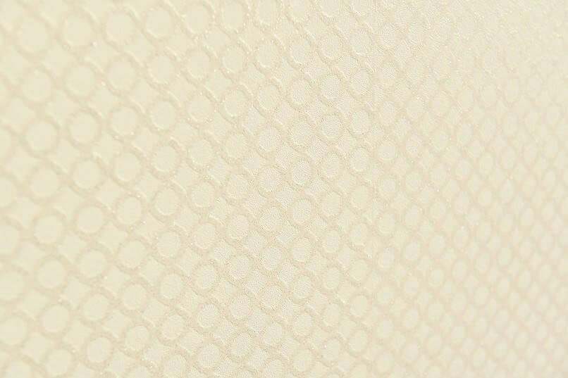 白だった壁紙を1面をピンクの無地、1面をピンク系の丸模様の柄にRe壁