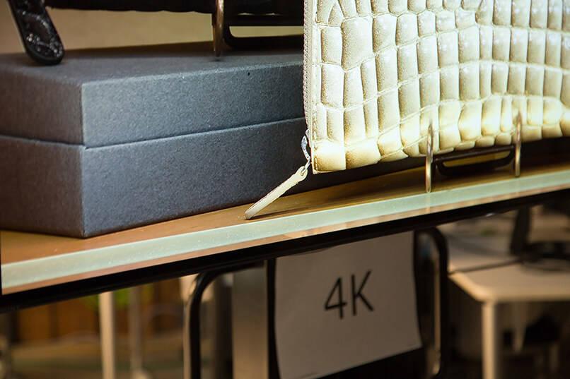 4Kテレビの画面を撮影した一枚。まるで本物のカバンの一部を捉えたようなリアリティだ