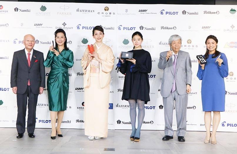 今回のインタビューに先立って行われた「万年筆ベストコーディネイト賞2017」の表彰式では、前年度受賞者選出部門でモデルの松本孝美さん、ジャーナリストの田原総一朗さん、日本水泳連盟理事・競泳委員長の平井伯昌さんの3名を表彰。また、実行委員会選出 次世代部門を女優の藤野涼子さんが受賞した。