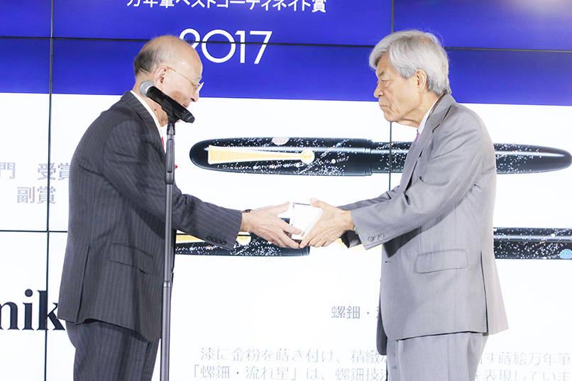 女優の花總まりさんのノミネートを受けて前年度受賞者選出部門を受賞したジャーナリストの田原総一朗さん