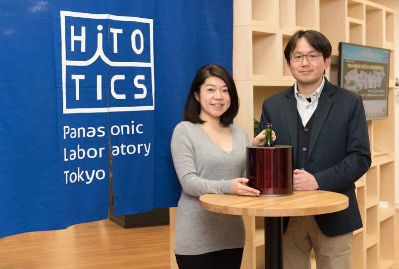 「Sake Cooler」を手にとって説明してくれる幸裕弘さん(右)と片山朋子さん(左)