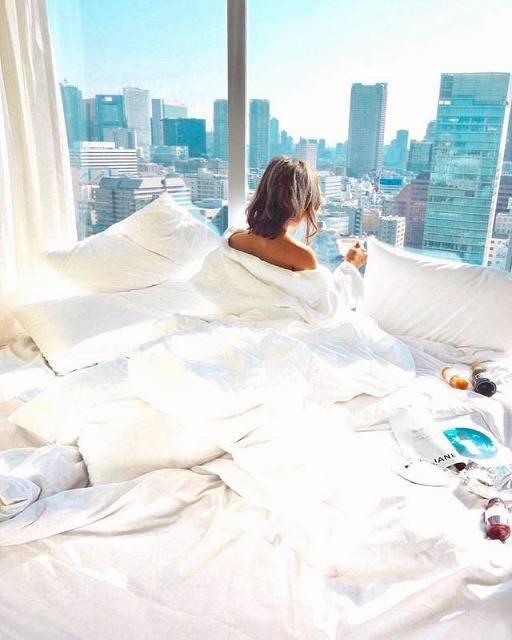 ホテルではベッドでオシャレ写真を♡
