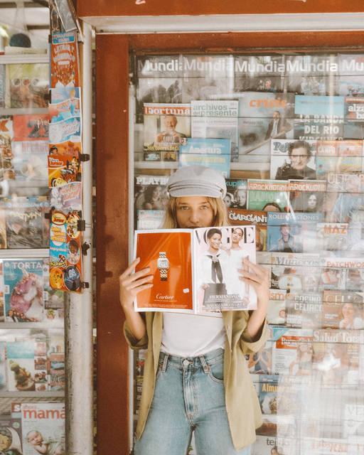 【THE GENIC Vol.26】旅先の街角で雑誌を背景にシューティング!