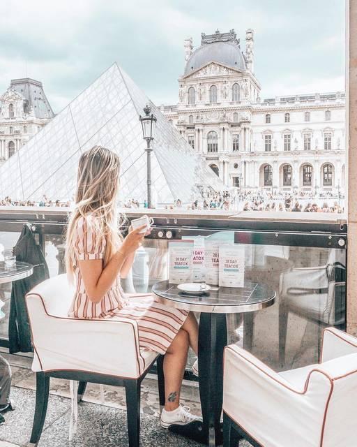 ガラスのピラミッドを独占できるパリの特等席