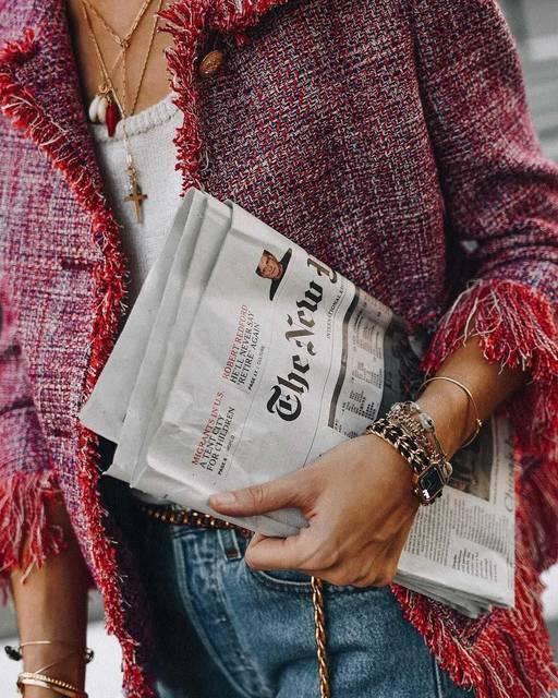 新聞を広げるガールたちに変化!何が起きた!?