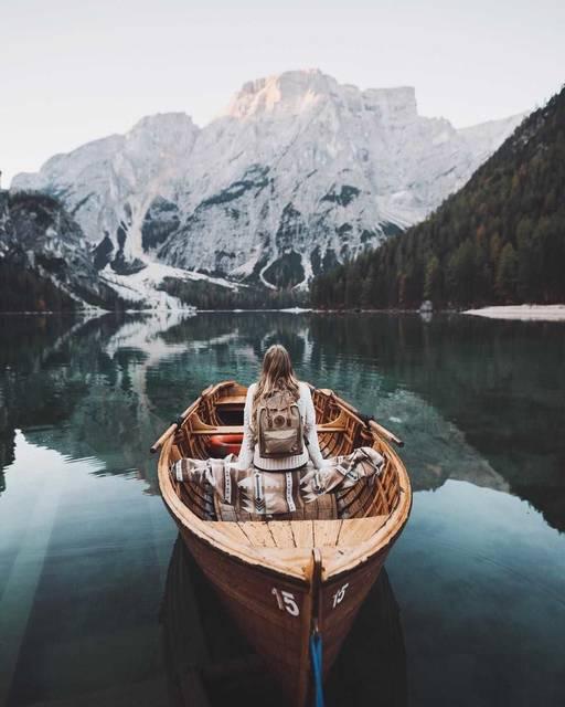 写真集に入り込んだみたい!鏡のような水面が美しい湖