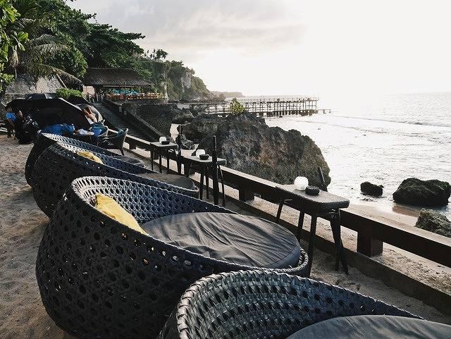 バリ島の断崖絶壁に建つロックバーで彼とロマンチックなサンセット