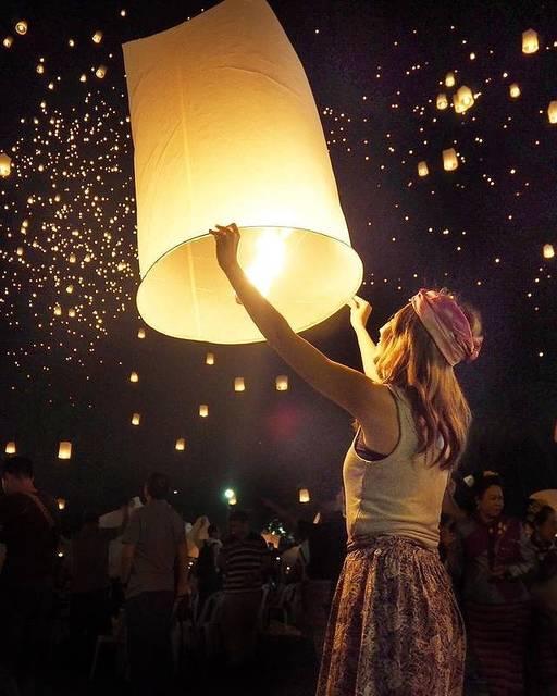 夜空に舞い上がるたくさんのランタン♡幻想的なチェンマイのコムローイ祭り