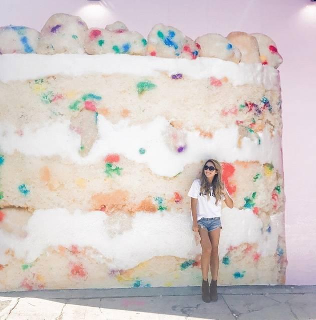 メルローズの新しい壁アートは巨大バースデーケーキ!行列の話題スポット