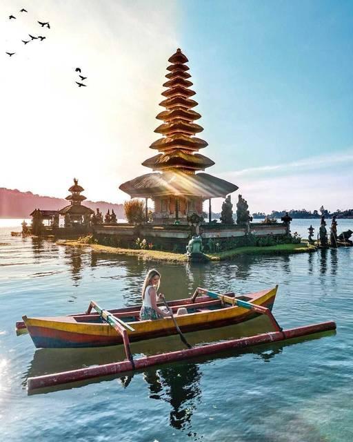美しきバリの湖上に浮かぶ寺院