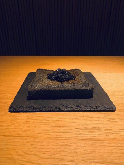 「黒キャビアトースト」と共に、大人なカフェタイムを楽しんで♡