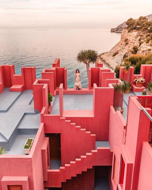 スペインに見つけた!泊まれるピンクの館