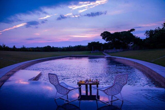 星のや竹富島で、夏の朝焼けを眺めながらプールの浅瀬で楽しむ「夏暁ブレックファスト」