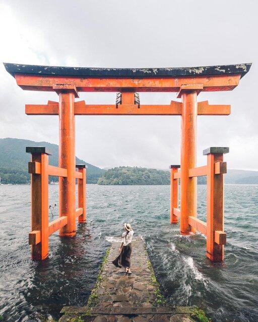 スピリチュアルな日本の絶景。芦ノ湖の湖上に浮かぶ赤い鳥居