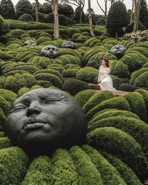 奇妙さ満点!顔の彫刻がゴロゴロ並ぶフランスにあるアートな庭園