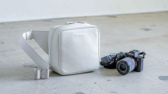 カメラを美しく持ち、美しく撮る。ファッションに馴染む「ウィークエンドカメラバッグ」