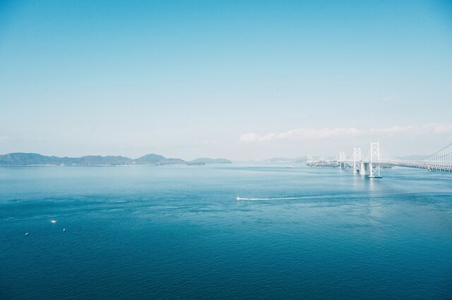 空と海のブルーが溶け合う、絶景の「瀬戸大橋」を渡る