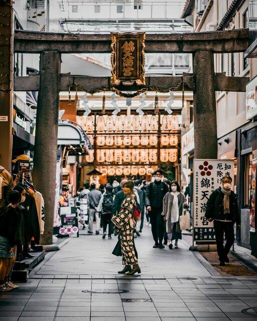 提灯と鳥居と大願梅と…京都の見どころがいっぱいの「錦天満宮」