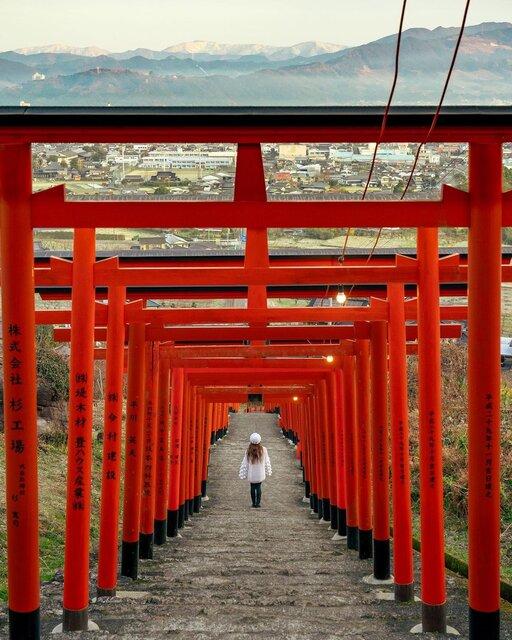 連なる赤い鳥居と眼下に広がる景色が美しい「浮羽稲荷神社」