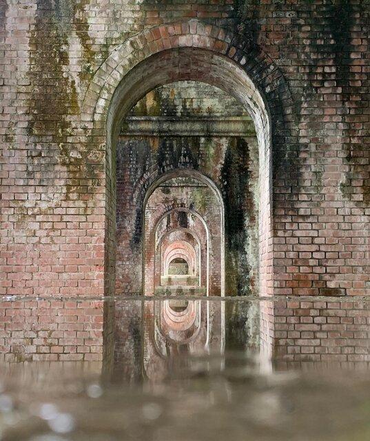 「南禅寺水路閣」の連続するアーチに吸い込まれて