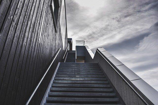 可搬型階段昇降機で初の死亡事故