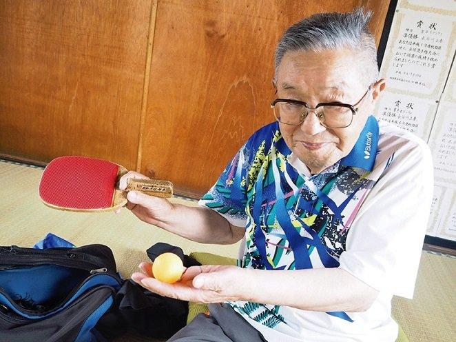 サーブを磨く 県最高齢95歳