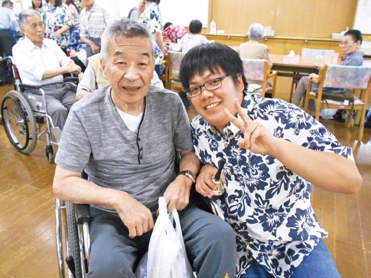岩崎奨さん(右)はボランティアを きっかけに入職