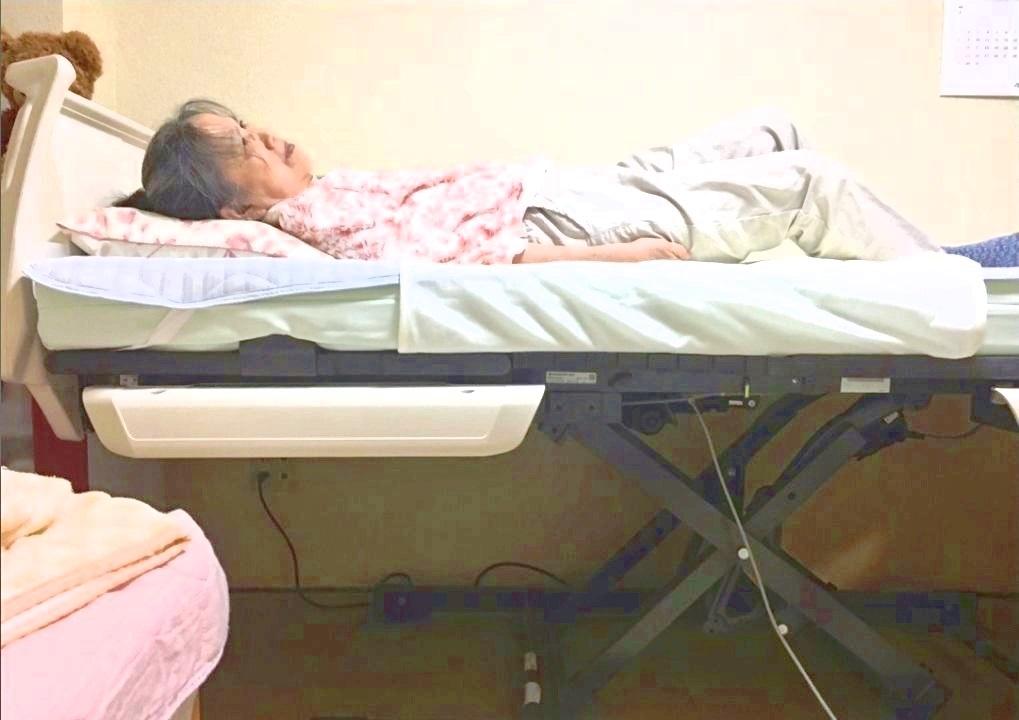 新しく借りた昇降機能付き介護ベッド。