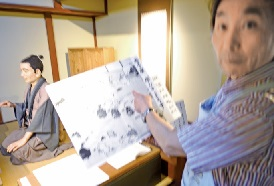 江戸時代の富山の寺子屋を説明す る富山県教育記念館の伏黒館長