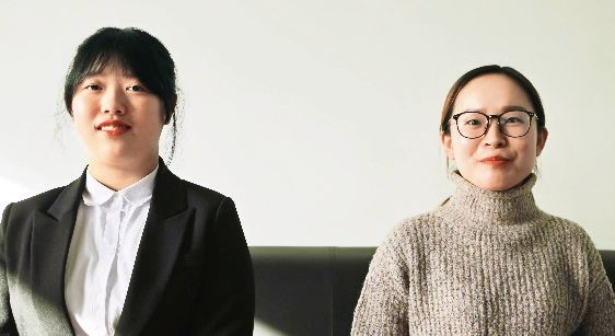 1期生の王聡さん(右)と許心寧さん
