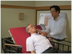 「ヘッドレストを使用することで飲み込みを助ける」と増本部長(右)