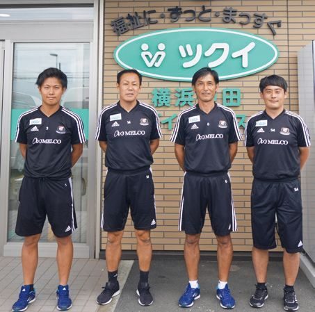 望月選コーチ(中央右)