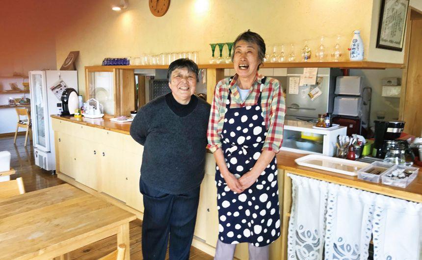 厨房担当の入居者、篠崎美砂子さん(右)と、 近山恵子さん