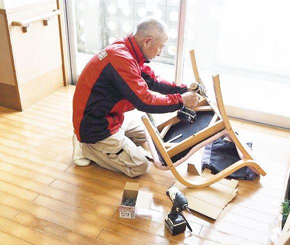 椅子を補強。各フロアからオーダーがかかる