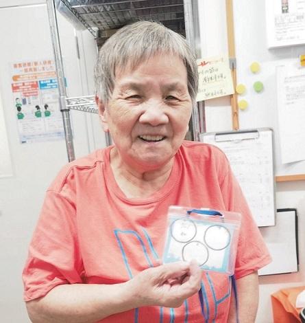 勤務回数の記録カードを手にする川下昌子さん