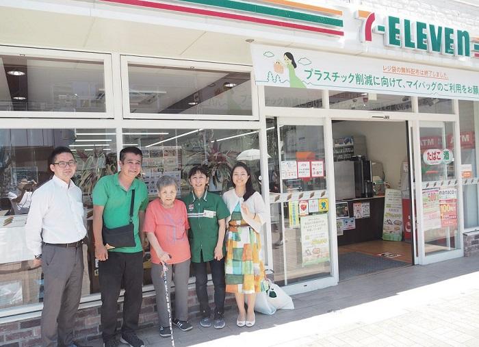 働く船橋駅南口店は市の情報発信地(左端:森重社長、右端:佐藤さん)