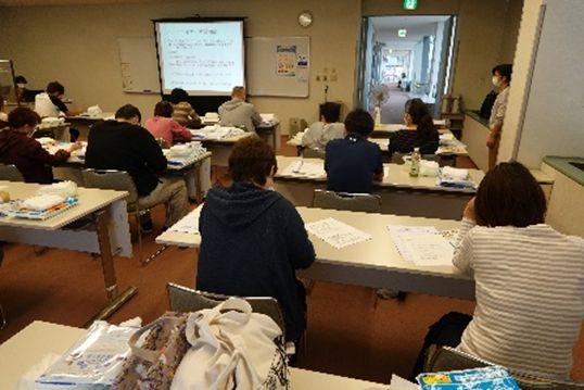 富山県介護実習・普及センターでの排泄セミナー。密を避ける座席配置とした