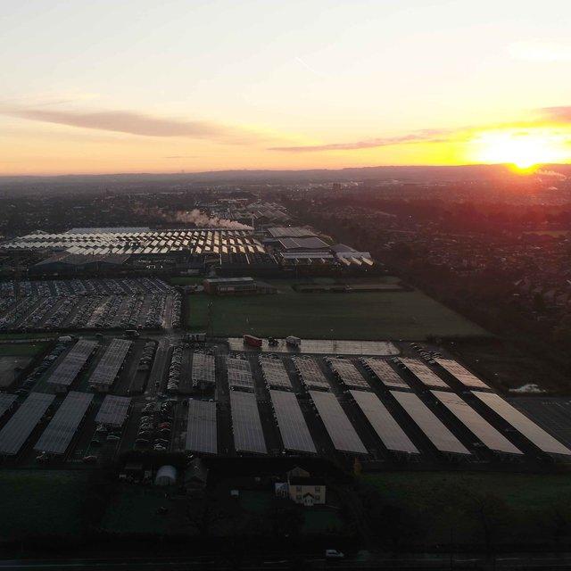 持続可能なラグジュアリーモビリティをリード──ベントレーが本社工場に英国最大のソーラーカーポートを設置|Bentley