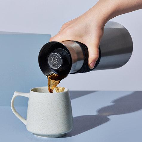 注ぎ口を選ばない。新しいカタチの卓上ポット「ビーフラスク グランデC520」|Cores