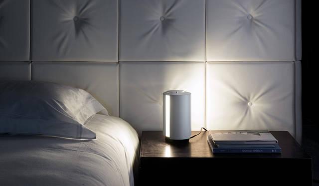 光の強弱を必要に応じて調整可能。シャルロット・ペリアンによるテーブルランプ|NEMO